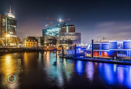 Die illuminierte Elbphilharmonie in Hamburg