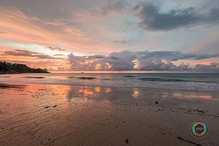 Sonnenuntergang am Strand von Phuket, Thailand