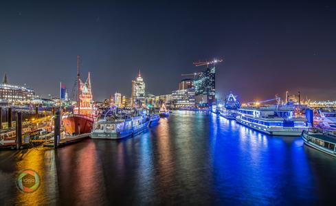 Der Hamburger Hafen in der Nacht