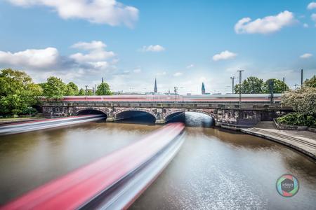Langzeitbelichtung der Lombardsbrücke in Hamburg
