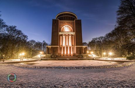 Das illuminierte Planetarium von Hamburg im Winter