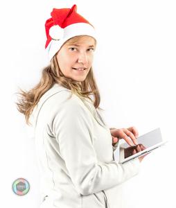 Weihnachtsfrau mit Tablet im Studio