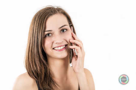 Junge Frau telefoniert im Studio