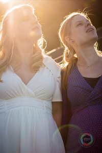 Zwei schwangere Frauen im Gegenlicht